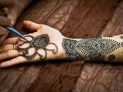 Körperbemalung mit Henna-Farbe